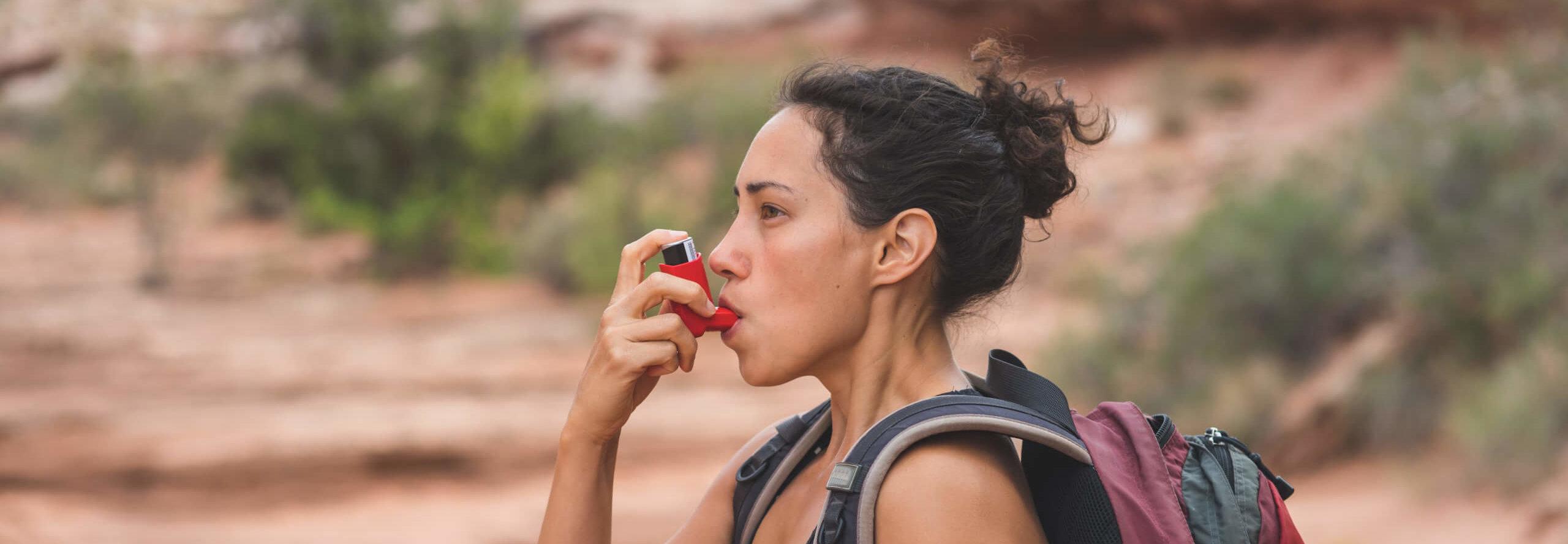 Frau mit Asthma Inhalator